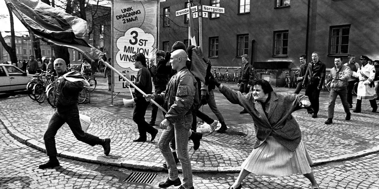 Στη φωτογραφία: κόρη επιζήσασας των στρατοπέδων συγκέντρωσης επιτίθεται σε συγκέντρωση νεοναζί, 1985.